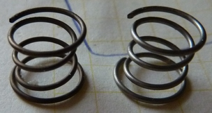 There seem to be at least two different kinds of springs in type 3 stickboxes. The left one is darker and thinner, so it is weaker (and thus more desirable here).